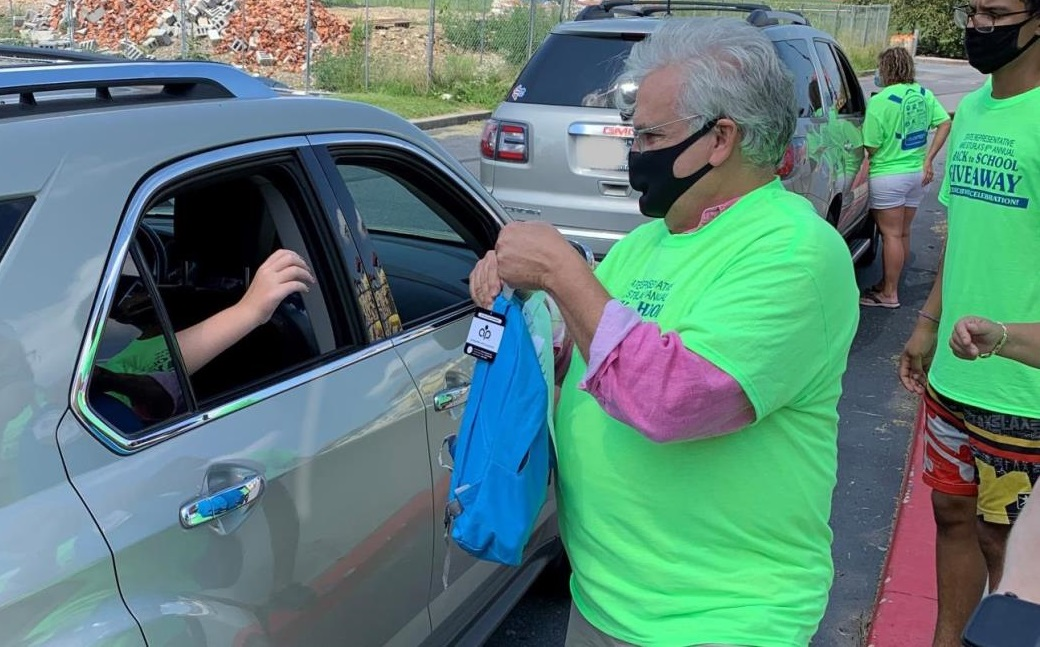 State Rep. Mike Sturla passes out backpacks during the 2020 Back-to-School event. (Source: pahouse.com/Sturla/)